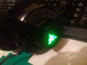 Al enchufar los cascos el logo de Razer en cada auricular se retroilumina.