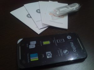 Con el teléfono se incluyen los manuales de usuario y un cable USB de color blanco. El transformador para conectarlo a la red eléctrica no está incluido