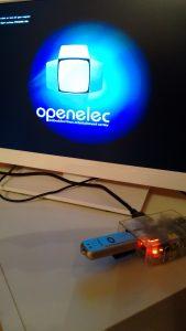 Raspberry Pi 1 modelo B conectada a una TV Toshiba mientras inicia por primera vez OpenELEC.