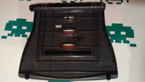 Completamente plegado, el atril puede llevarse en la mayoría de maletines y mochilas para portátiles. Además, apenas pesa.