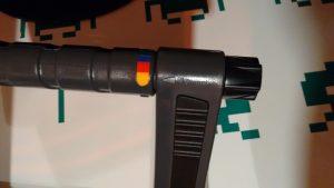 Detalle del sistema de regulación del atril: bisagra con posiciones marcadas en colores (SmartFit) y rueda para apretarla o aflojarla.