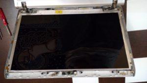 Tras extraer la carcasa frontal se contempla el chasis y la pantalla.
