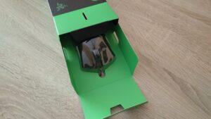 Imagen de la caja del ratón abierta con su contenido a medio camino de su total extracción.