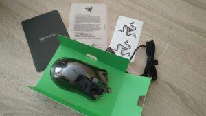 El contenido de la caja: la bandeja de cartón con el ratón y su plástico, aparte de los papeles y pegatinas.
