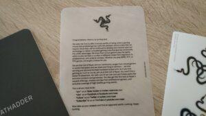 Detalle de los papeles y pegatinas contenidos en el paquete.