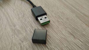 Imagen del conector USB del ratón tras retirarle el capuchón protector.