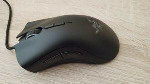 Vista lateral izquierda del ratón que muestra los dos botones auxiliares.